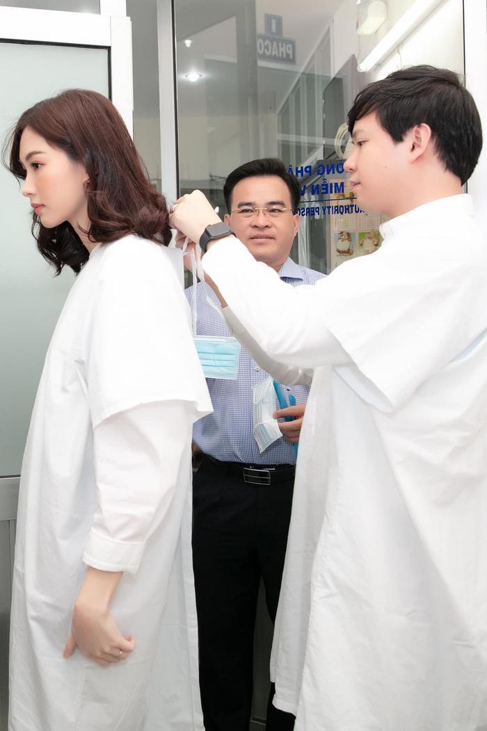 Trung Tín đồng hành cùng Đặng Thu Thảo trong suốt hoạt động thiện nguyện ý nghĩa này.