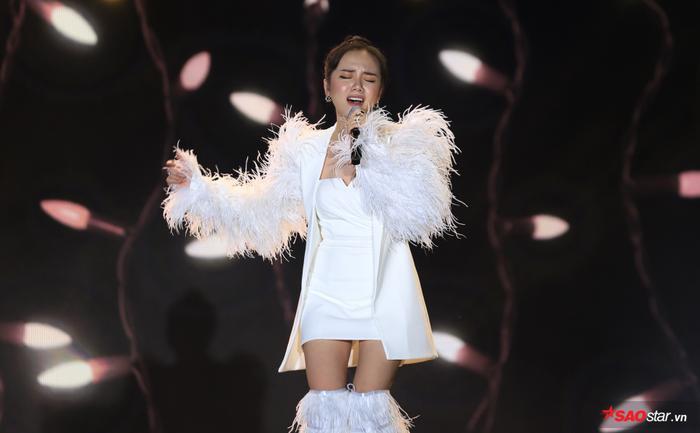 Phương Ly là nữ ca sĩ mở màn với loạt ca khúc Mặt trời của em, Cùng anh,…