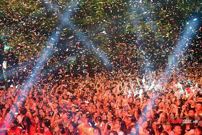 Hàng ngàn sinh viên cháy hết mình trong đêm nhạc hoành tráng.
