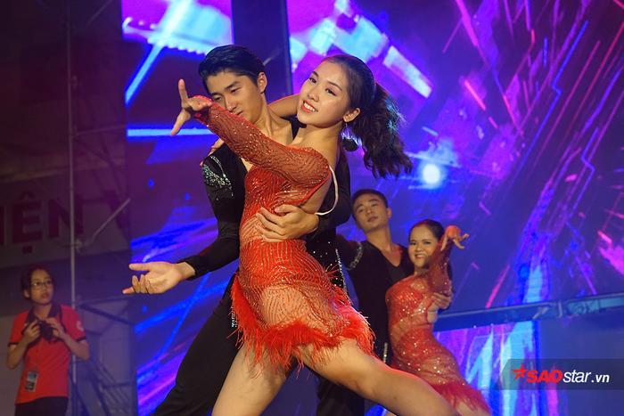 """Ngoài sự góp mặt của các CLB vũ đạo, nhóm nhảy vô cùng cá tính và nóng bỏng, khán giả của đêm nhạc còn được chứng kiến những bước nhảy dance sport điêu luyện đến từ """"tập thể"""" trai xinh gái đẹp trong trường."""