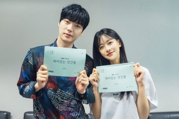 [K-Drama]: Ahn Jae Hyun looks good with Oh Yeon Seo at the script reading of 'People With Flaws', confirming the broadcast schedule