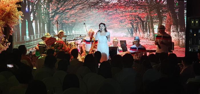 Fan nhí vây kín ngọc nữ bolero Tố My đến nửa đêm không chịu về trong đêm nhạc tại Đà Nẵng ảnh 5