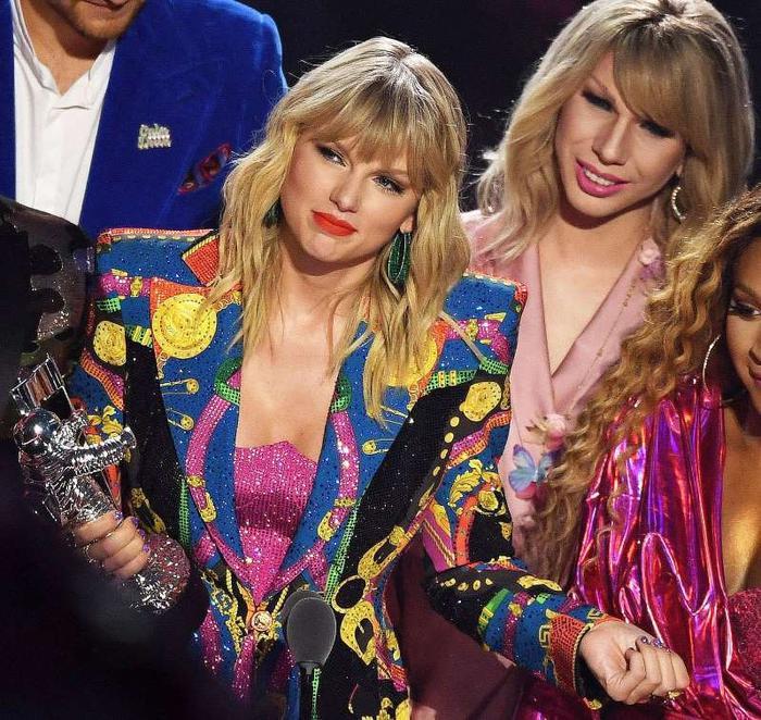 Taylor Swift và người trợ diễn của mình trên sân khấu MTV VMAs 2019.