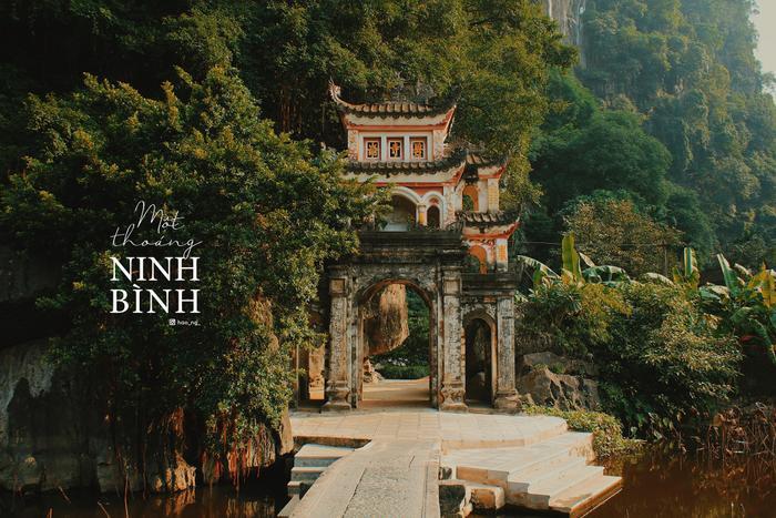 Cổng trước Chùa Bích Động cách Tam Cốc 2km. Một cây cầu bắc ngang vẻ đẹp của ao sen tàn.