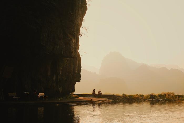 Hoàng hôn lên màu những ngọn núi trùng trùng điệp điệp ở Tam Cốc.