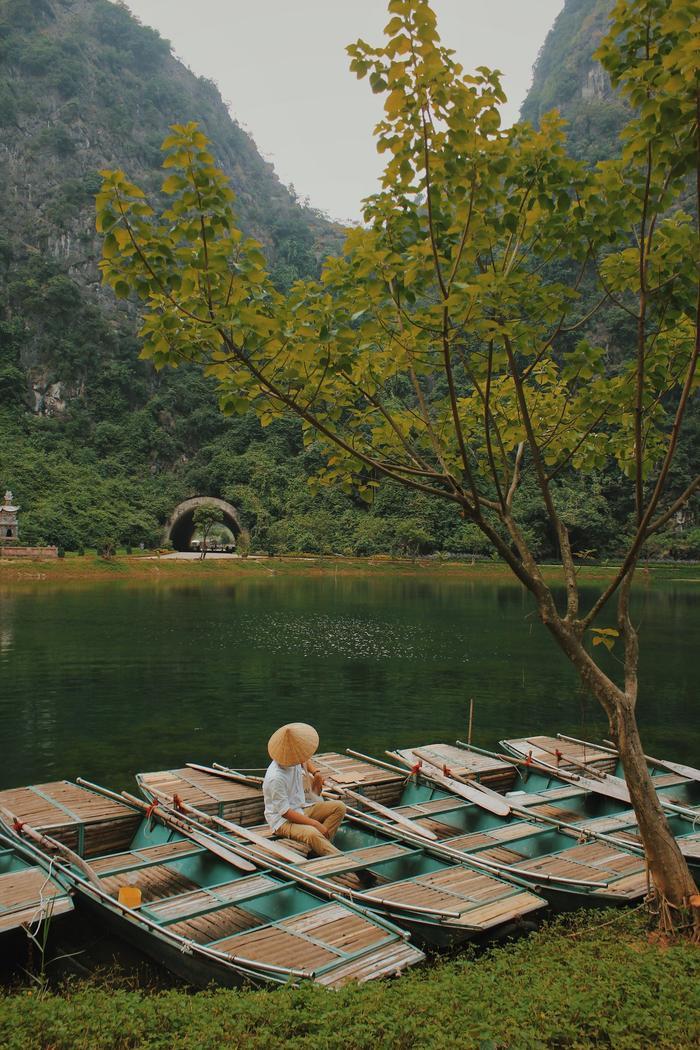 Bến thuyền gỗ giản dị cạnh thiên nhiên hùng vĩ.