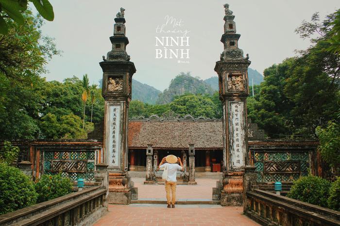 Chiếc nón lá quen thuộc tạo nên nét đặc trưng của anh chàng Nguyễn Hoàn Hảo tại khu di tích Cố Đô Hoa Lư.