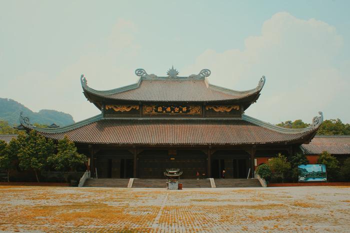 Đi hết dãy hành lang dài sẽ đến được ngôi chùa lớn.
