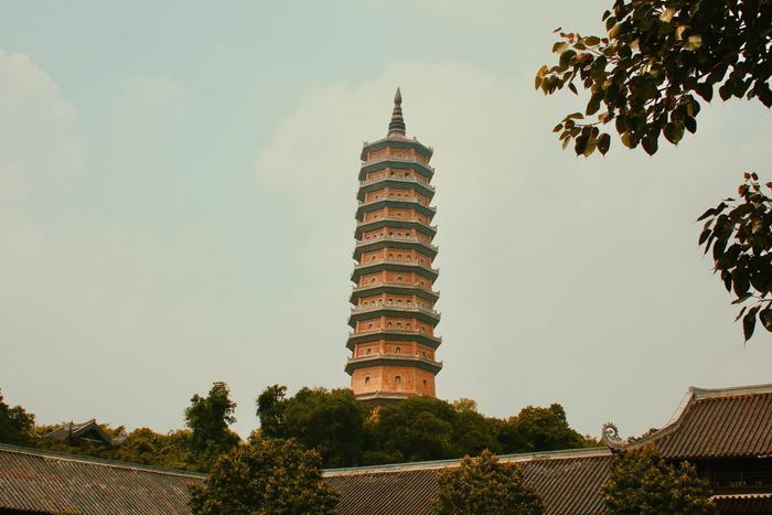 Tòa bảo tháp nhìn từ sân chính của Chùa Bái Đính.