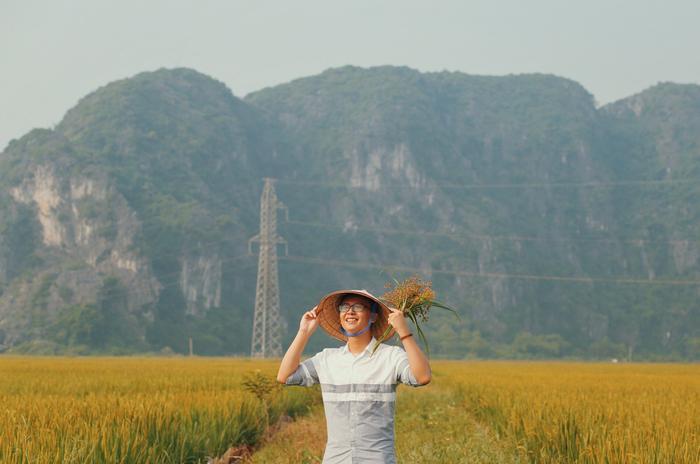 Chàng trai Nguyễn Hoàn Hảo bên cạnh thiên nhiên núi đồi mùa thu Ninh Bình.