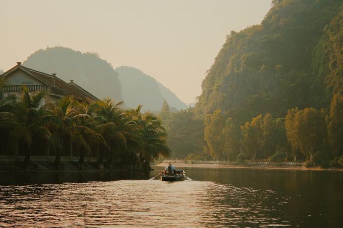 Cùng xuôi dòng một cách chậm rãi để bắt đầu chuyến tham qua mùa thu Ninh Bình cùng chàng trai Nguyễn Hoàn Hảo.