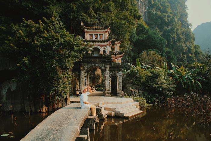 Diễn sâu một chút, thả dáng một chút, thế là có ngay bức ảnh đẹp lung linh bên cạnh ngôi chùa cổ.