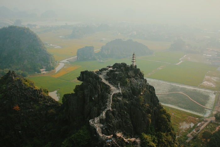 Từ độ cao này, khu danh thắng Hang Múa với cầu thang bằng đá 500 bậc dẫn lên đỉnh được hiện ra rõ ràng và choáng ngợp nhất.