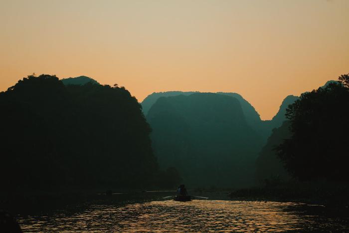 Những ngọn núi đá già với đỉnh núi bằng phẳng đang hòa trộn vào ánh tà dương ở Tam Cốc.