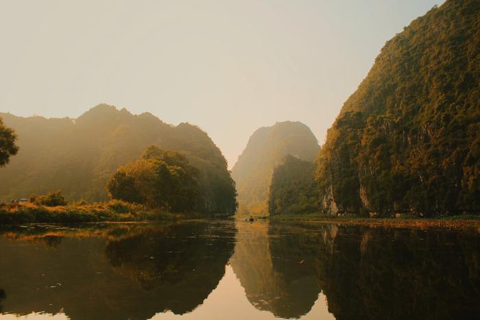 Gió lặng làm mặt sông Ngô Đồng như một chiếc gương soi những ngọn núi.