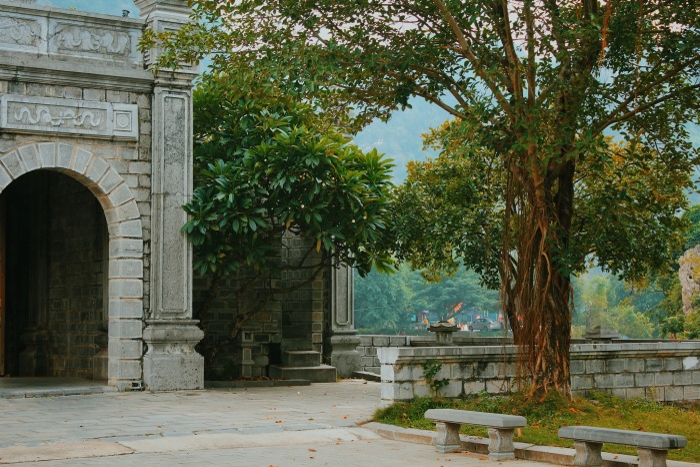 Một góc bình yên tại nơi đền thờ cổ kính.