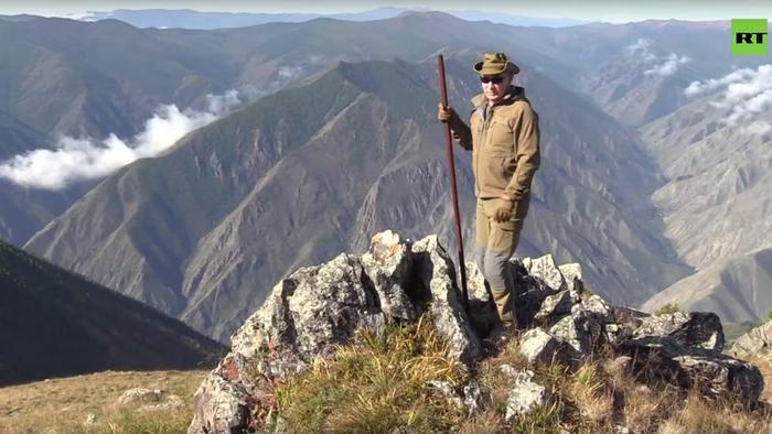 Tổng thống Putin đã đi bộ đường dài, leo núi, và thậm chí lái xe trong vùng đất hoang vu của Siberia. Ảnh: RT.