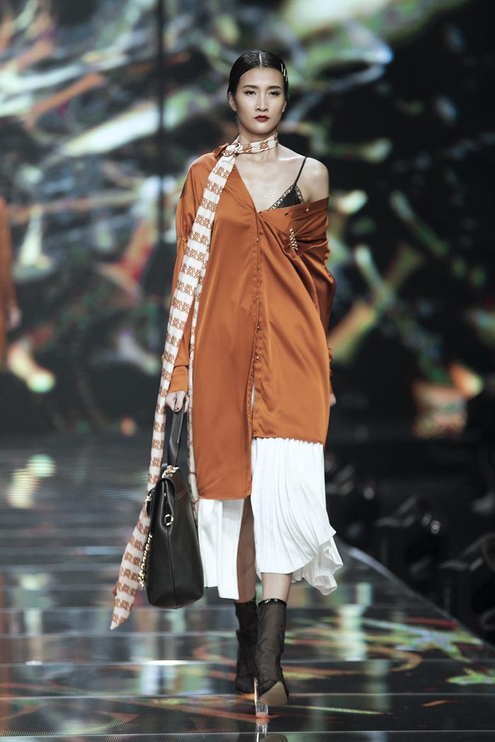 Ngoài ra, Step Out là bộ sưu tập mang tính ứng dụng như trench coat, quần skirtcuin cullotes hay áo wrapped mocle neck blouse,…