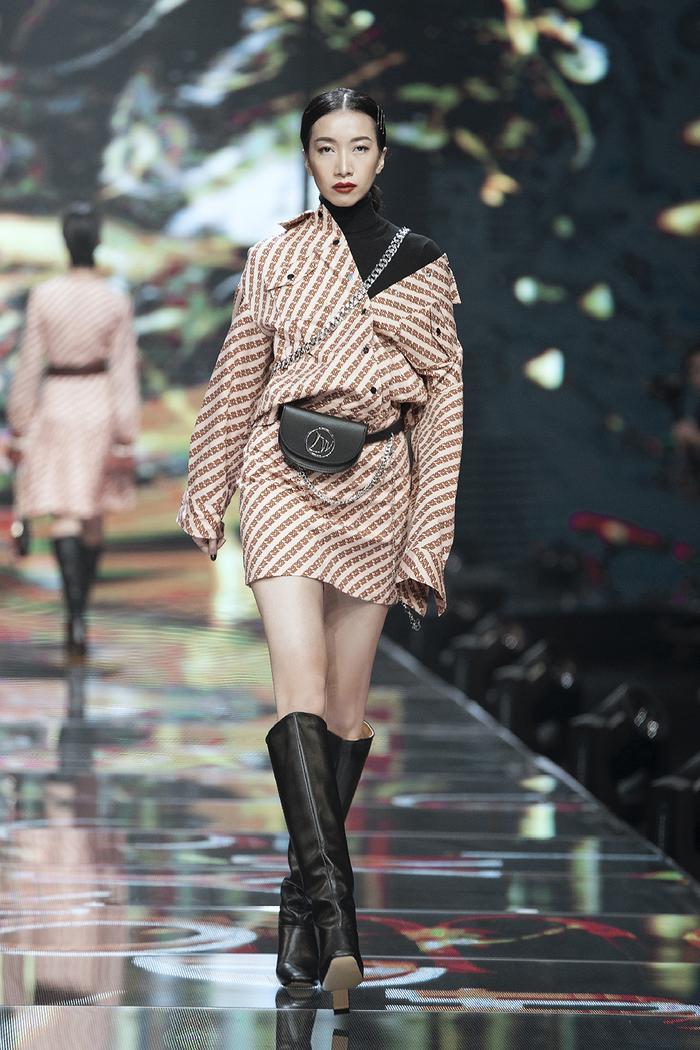 IVY moda cũng đề cao tinh thần nữ quyền thông qua các thiết kế suit và blazer. Với phom dáng cứng cáp và nam tính, tôn lên vẻ đẹp và sự độc lập của người phụ nữ hiện đại.
