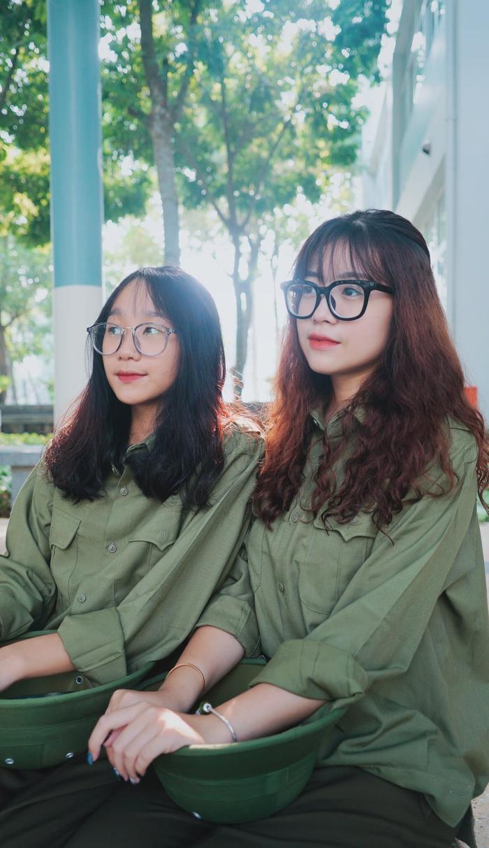 Những cô bạn dễ thương, xinh xắn trong đồng phục quân sự màu xanh.