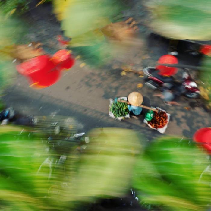 Những gánh hàng rong của các bà các mẹ lướt nhanh trên phố, tạo nên một nét đẹp đường phố đặc trưng của Hà Nội.