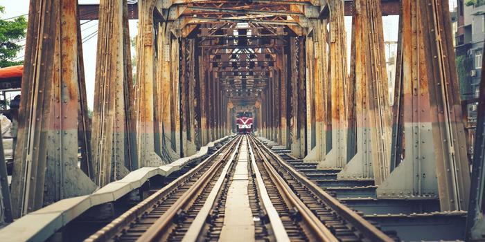 Đường ray tàu lửa chạy qua cầu Long Biên.