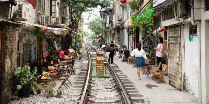 Khách nước ngoài đến Hà Nội đều rất ngạc nhiên với khu phố bày hàng quán ra tận đường tàu.