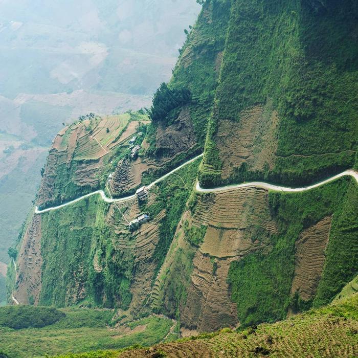 Đường đèo chênh vênh tại Hà Giang.