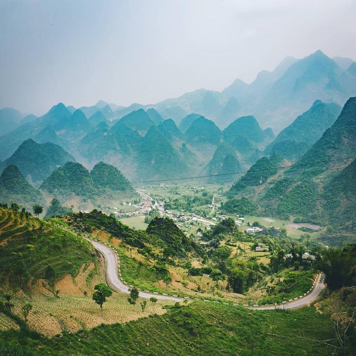 Những con đường uốn lượn chạy theo sườn núi.