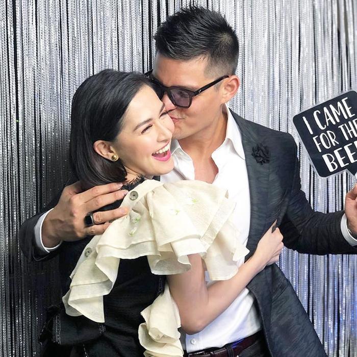 Hai vợ chồng đầy tình tứ chụp hình chung với nhau và dành cho nhau những cử chỉ ngọt ngào