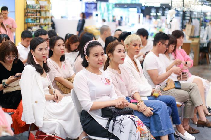 Chị Tuyết (mặc áo dài, đeo băng đô) cho biết có chút khó khăn khi kể lại chuyện đã qua, nhưng vì mong muốn được truyền cảm hứng đến mọi người, chị quyết định trải lòng trước mọi người.