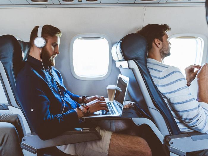 Tùy thuộc vào hãng hàng không, khách hàng có thể sẽ bị giới hạn và chỉ có thể sử dụng các ứng dụng nhắn tin mà thôi. (Ảnh: Internet)