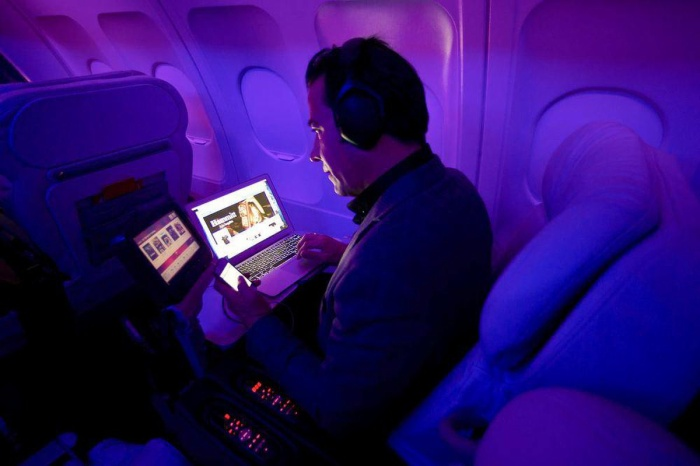Hành khách đi Vietnam Airlines khi đã đăng ký dịch vụ có thể dùng Wi-Fi trên các thiết bị khác nhau nhưng không được dùng đồng thời trên nhiều thiết bị. (Ảnh: ULI SEIT/NYT)