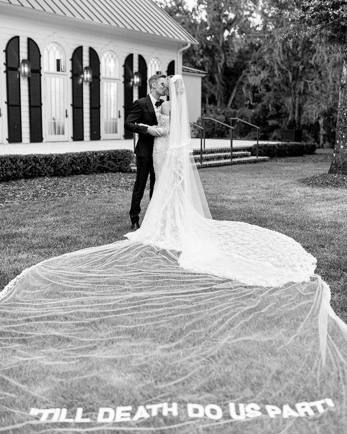 Cả hai trông cực kỳ ngọt ngào và xứng đôi trong bộ hình cưới.