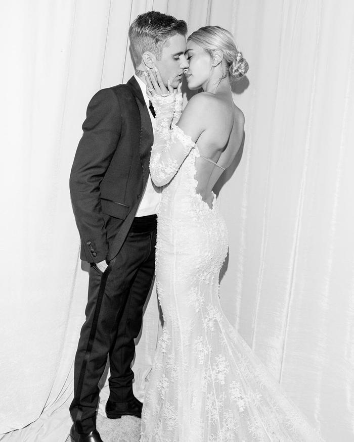 Chú rể trao cho cô dâu những nụ hôn ngọt ngào, nóng bỏng nhất.