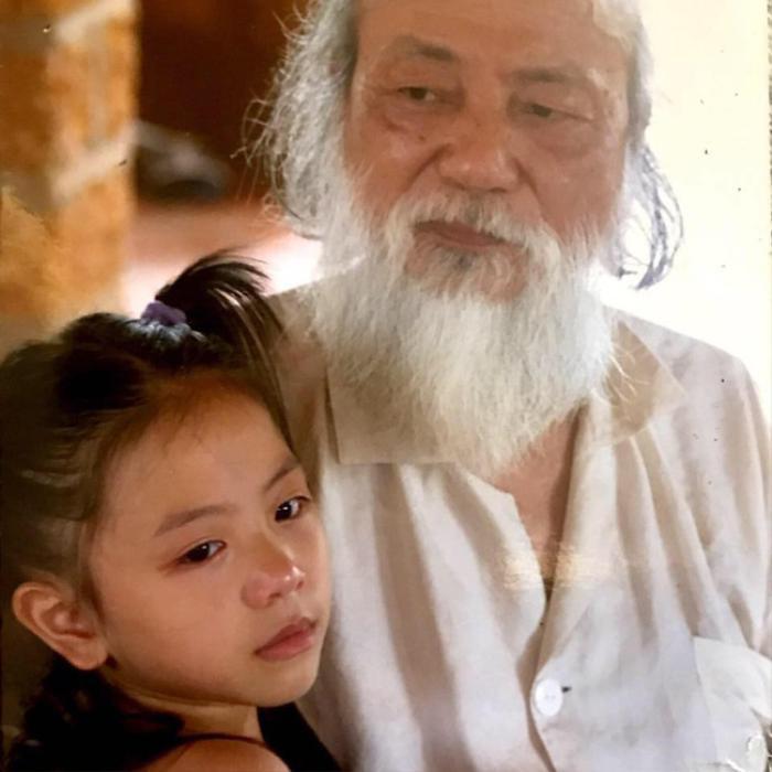 Tô Sa lúc nhỏ bên cạnh cố nhà giáo Văn Như Cương