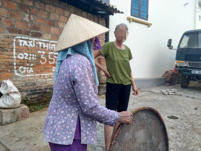 Người dân từng chứng kiến Kế dẫn nhóm nữ nhân viên ra ngoài đường hót phân trâu. Mọi người cho rằng nhóm nữ nhân viên bị phạt.