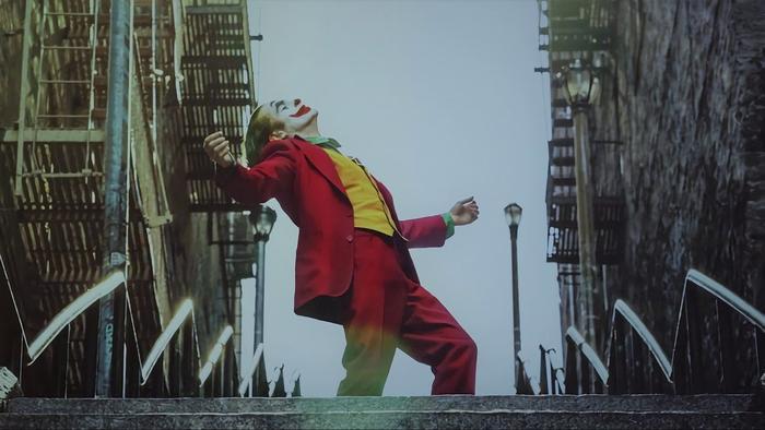 Phân đoạn Joker nhảy múa trên nền nhạc Rock And Roll Part 2 sau khi sát hại một người đàn ông khiến nhiều người lạnh sống lưng.