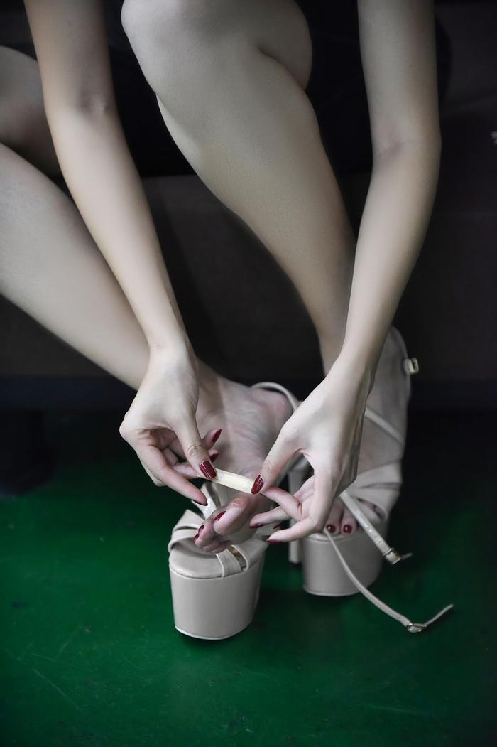 Hoàng Hạnh tập catwalk phồng rộp chân trên giày 25 cm tại lò đào tạo 'nữ hoàng' của Philippines ảnh 11