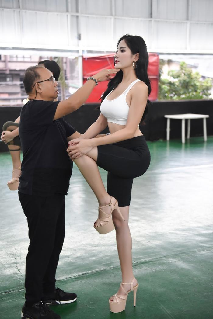 Hoàng Hạnh tập catwalk phồng rộp chân trên giày 25 cm tại lò đào tạo 'nữ hoàng' của Philippines ảnh 9
