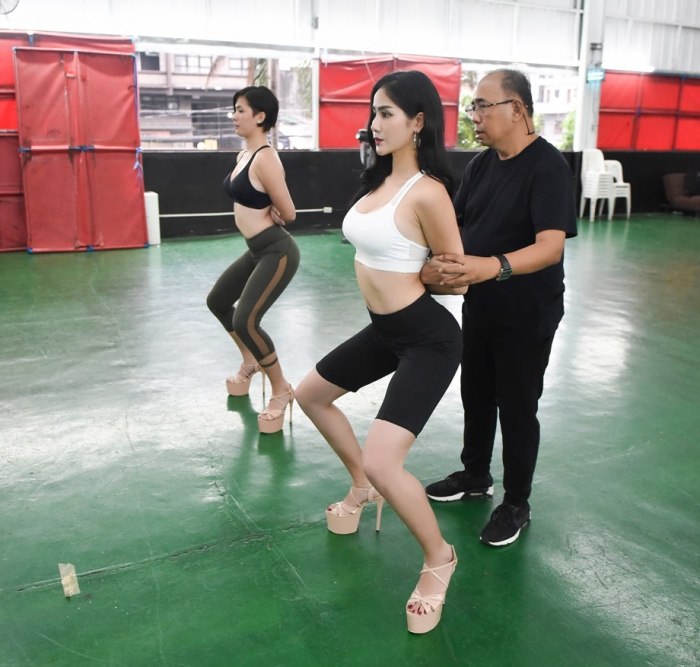Hoàng Hạnh tập catwalk phồng rộp chân trên giày 25 cm tại lò đào tạo 'nữ hoàng' của Philippines ảnh 7