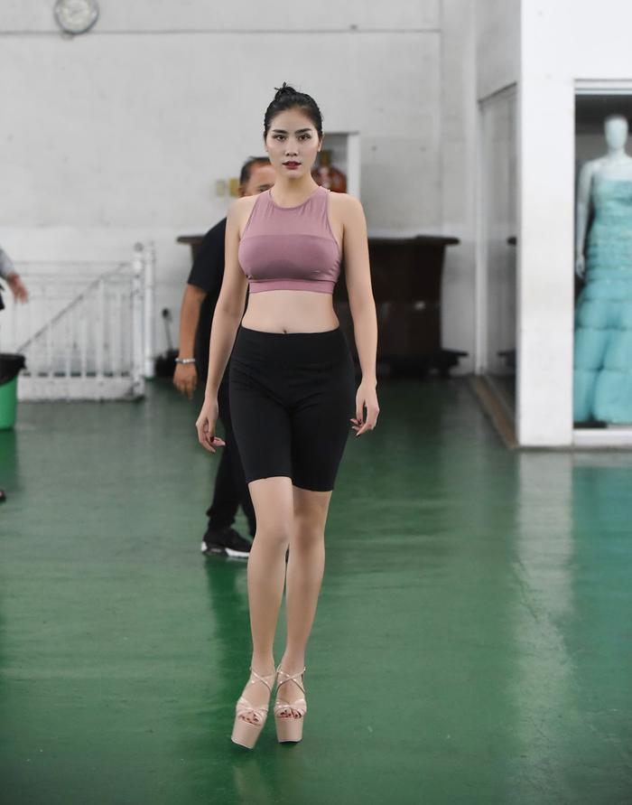 Hoàng Hạnh tập catwalk phồng rộp chân trên giày 25 cm tại lò đào tạo 'nữ hoàng' của Philippines ảnh 3