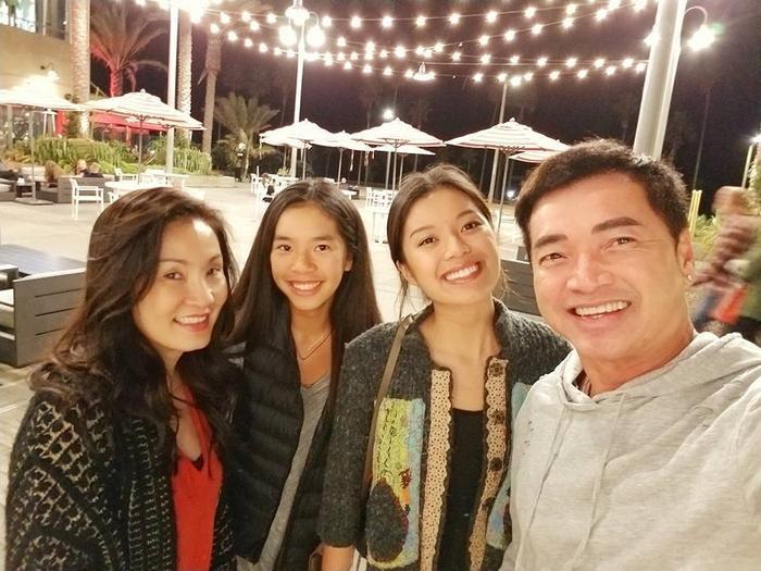 Hồng Đào quen Quang Minh vào năm 1994 khi cô di cư sang Mỹ, cặp đôi kết hôn và có con gái đầu lòng vào năm 1996, đến năm 2002 thì đón thêm cô con gái thứ hai