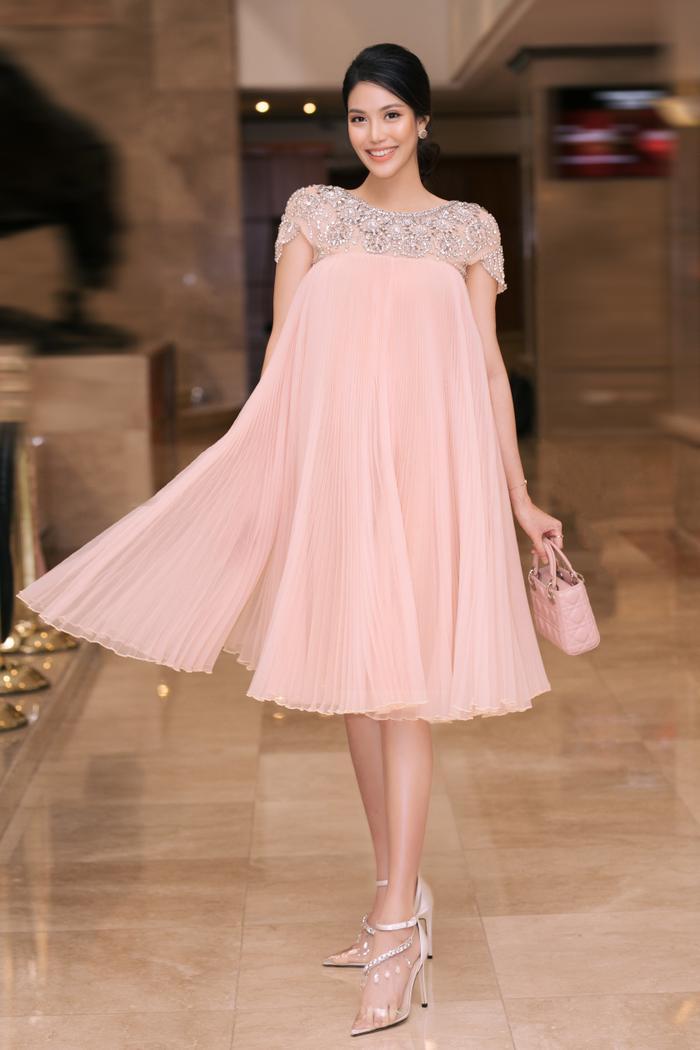 Chọn cho mình chiếc váy suông, dập pli tạo thành dáng xòe khi chuyển động, Lan Khuê trông cực kỳ thu hút, sang trọng.