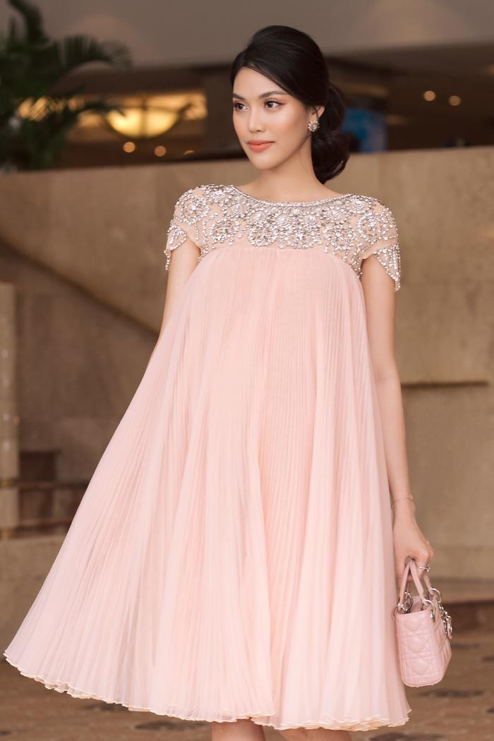Outfit còn được tăng thêm độ đắt giá với cách mix cùng túi Lady Dior cùng tông màu của Lan Khuê.