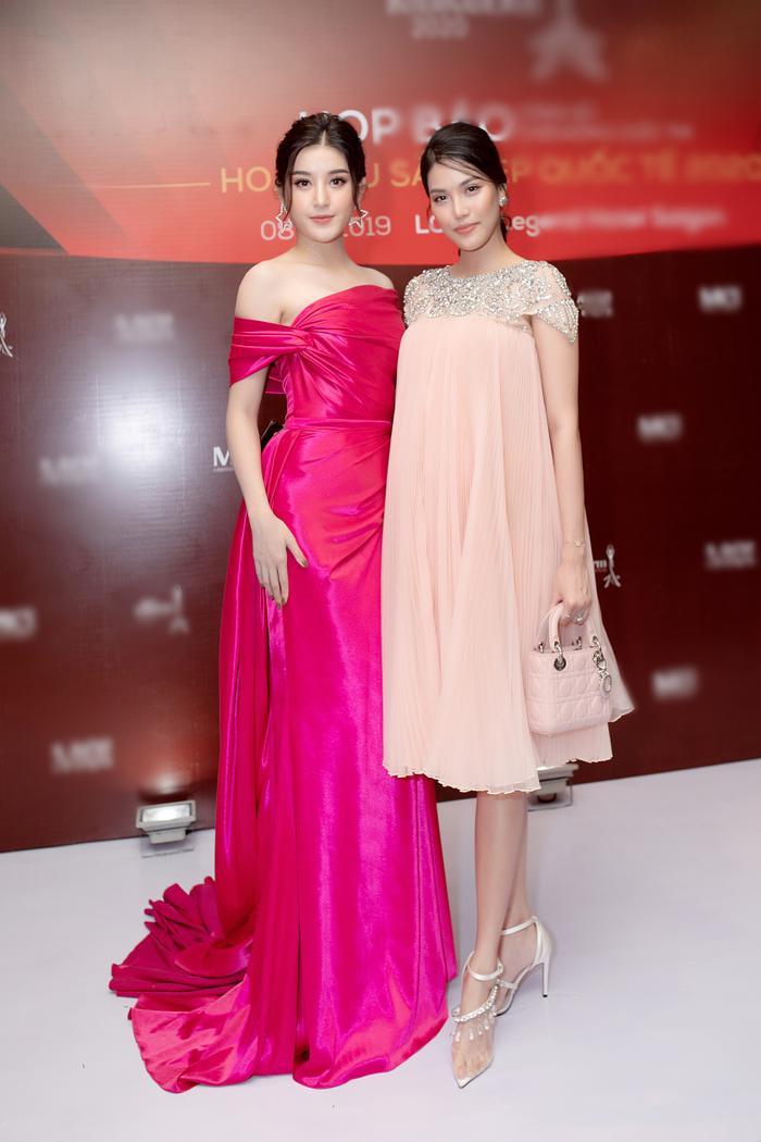 Tham dự sự kiện còn có á hậu Huyền My, hai nàng hậu đọ sắc trong cùng một khung hình, khiến khán giả choáng ngợp vì nhan sắc.