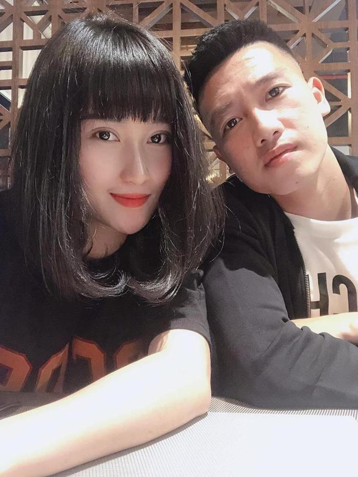 Bạn gái tiền vệ trung tâm Huy Hùng, Nguyễn Thuỳ Dương nổi bật nhờ gương mặt vô cùng khả ái cùng làn da trắng.