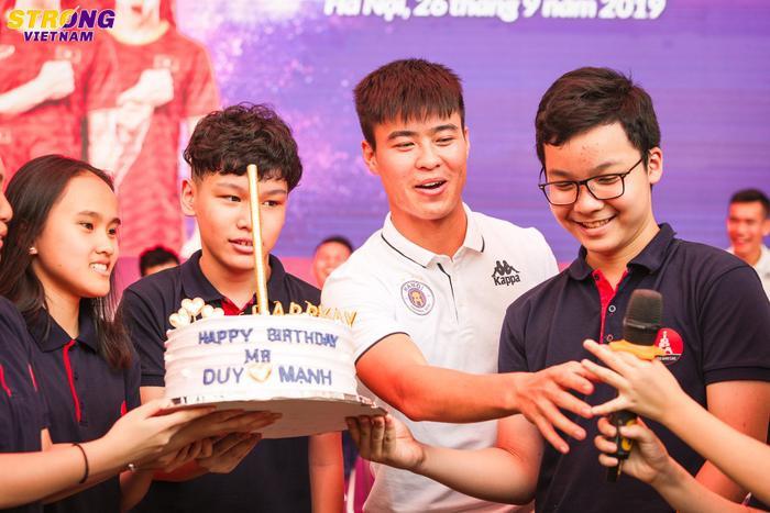 """Không chỉ được """"dự tiệc"""" sinh nhật sớm, Duy Mạnh còn có những giây phút trải lòng với fan nhí tại trường THCS Marie Curie."""