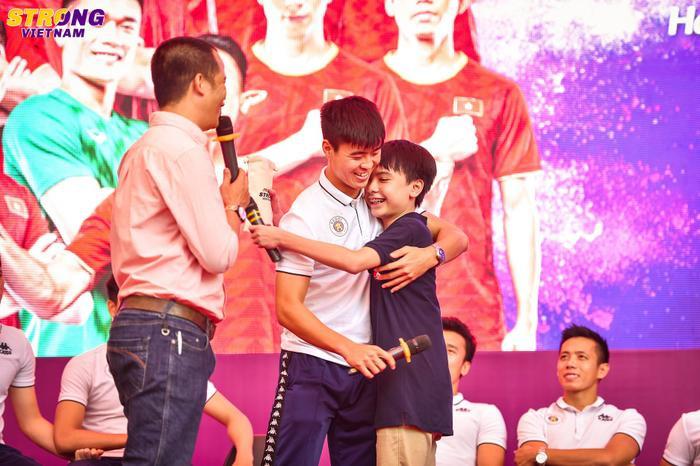 Fan nhí cảm động khi được ôm thần tượng của mình.