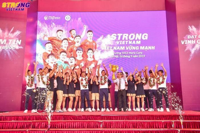 Thầy hiệu trưởng trường THCS Marie Curie thay mặt thầy cô và học sinh trường để tặng chiếc cup của người hâm mộ dành tặng các cầu thủ CLB bóng đá Hà Nội.